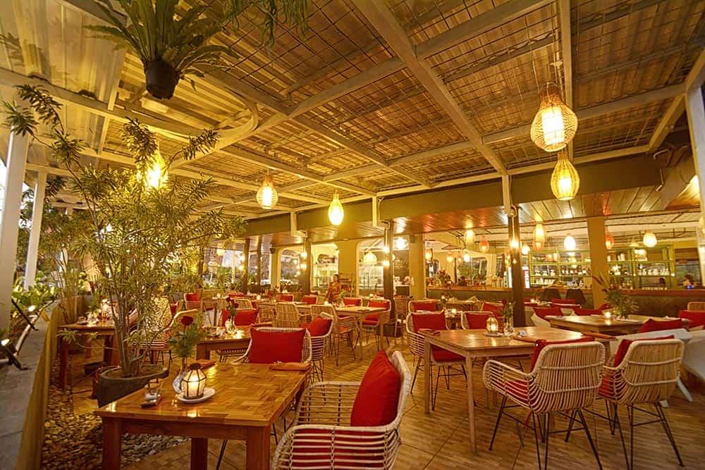 kursi dan meja restoran